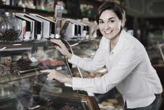 Десерты женского клиента рассматривая в кондитерскае Стоковые Изображения
