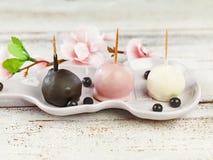 Десерты на белой плите Стоковое Изображение RF