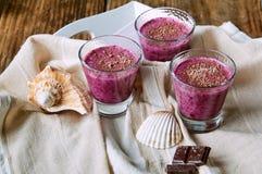 Десерты на деревянном столе Стоковое фото RF