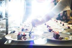Десерты сервировки фирмы обслуживающей на выезде в ресторане стоковое изображение