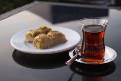 Десерт бахлавы восточных стран с турецким чаем Стоковые Изображения