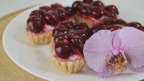 Десерт вишни вращая на белой плите сток-видео