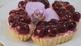 Десерт вишни вращая на белой плите акции видеоматериалы