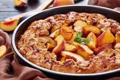 Десерт еды комфорта: персик крошит стоковые изображения