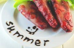 Десерт замороженных клубник на ручке Стоковые Фотографии RF