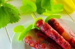 Десерт замороженных клубник на ручке Стоковые Фото