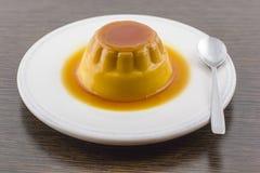 Десерт или флан заварного крема карамельки Creme ванильный на белом блюде Стоковые Изображения