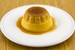 Десерт или флан карамельки Creme на белом блюде Стоковая Фотография