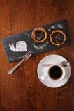 Десерт и кофе, который служат на деревянном столе Стоковое Изображение RF