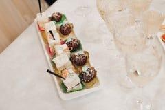 Десерт и стекла шампанского на таблице стоковые фото