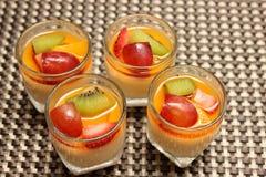 Десерт карамельки Creme на верхних свежих фруктах Стоковая Фотография