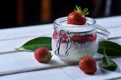 Десерт клубники на таблице стоковая фотография