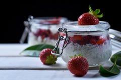 Десерт клубники на таблице стоковая фотография rf