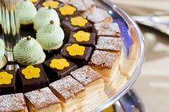 Десерт крупного плана на линии шведского стола стоковое фото