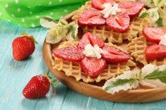 Десерт клубники с сливк на деревянном диске против Стоковая Фотография