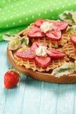 Десерт клубники с сливк на деревянном диске Стоковое Изображение RF
