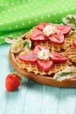 Десерт клубники с сливк на деревянном диске Стоковая Фотография RF