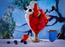Десерт клубник с взбитым cream и голубым cu фарфора Стоковые Фото