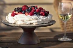 Десерт меренги Pavlova сделанный с ягодами Стоковые Фото