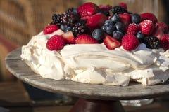 Десерт меренги Pavlova сделанный с ягодами Стоковые Изображения RF