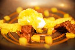 Десерт мороженого, шоколада и апельсина, украшенных с желтым порошком Стоковое Изображение