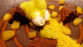 Десерт мороженого, шоколада и апельсина, украшенных с желтым порошком Стоковая Фотография RF