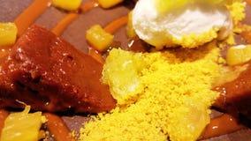 Десерт мороженого, шоколада и апельсина, украшенных с желтым порошком Стоковые Изображения RF