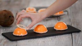 Десерт мусса манго и кокоса с оранжевым покрытием поливы зеркала видеоматериал