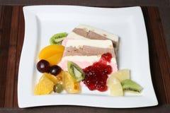 Десерт наслоенных мороженого и плодоовощ гайки Стоковая Фотография