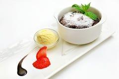 Десерт на белой плите Стоковые Фото