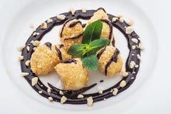 Десерт на белой плите Стоковое фото RF