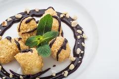 Десерт на белой плите Стоковая Фотография