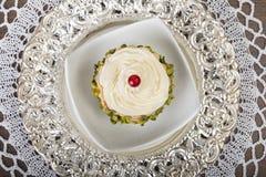 Десерт на серебряной плите Стоковая Фотография RF