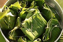 Десерт обернутый в листьях банана Стоковое Фото