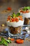 Десерт от абрикоса granola, югурта, чокнутого и высушенного Стоковые Фото