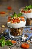 Десерт от абрикоса granola, югурта, чокнутого и высушенного Стоковые Фотографии RF