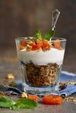 Десерт от абрикоса granola, югурта, чокнутого и высушенного Стоковая Фотография RF