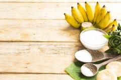 Десерт от зрелых бананов имеет сырье природы как молоко кокоса и сахар и соль на деревянной предпосылке Взгляд сверху Стоковая Фотография RF