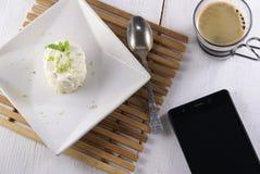 Десерт одно крошечный с smartphone и кофе Стоковое Изображение RF