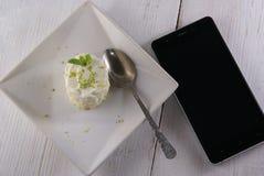 Десерт одно крошечный с smartphone Стоковое Изображение