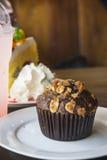 Десерт пирожного булочки на таблице Стоковое Изображение