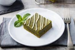 Десерт пирожного зеленого чая Matcha с белым шоколадом на предпосылке белой плиты серой каменной Стоковые Фотографии RF