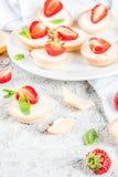 Десерт помадки лета домодельный, мини чизкейки с клубникой стоковое фото rf