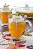 Десерт придает форму чашки вполне Jell-o и сметанообразное взбитое отбензинивания Стоковое фото RF