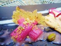 Десерт ревеня и фисташки хрустящий стоковая фотография