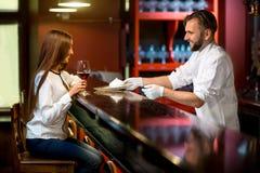 Десерт сервировки кашевара шеф-повара к клиенту Стоковое Фото