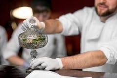 Десерт сервировки кашевара шеф-повара Стоковые Фото