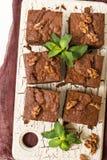 Десерт сладостного шоколада пирожного с грецкими орехами и значенными листьями на ретро доске с космосом экземпляра на пастельной Стоковое Изображение RF
