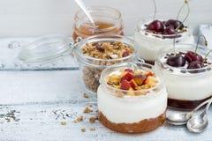 Десерт с вареньем сливк, персика и вишни в стекле раздражает на белизне Стоковые Фотографии RF