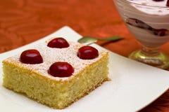 Десерт с вишнями стоковые изображения rf